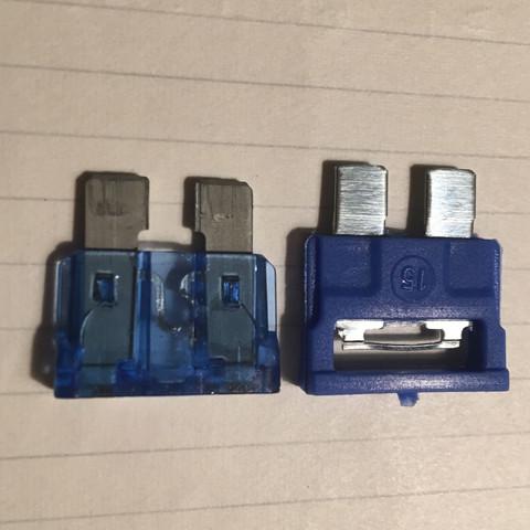 Links die originale kaputte  Sicherung. Rechts die mögliche Ersatzsicherung - (Technik, Auto, Technologie)
