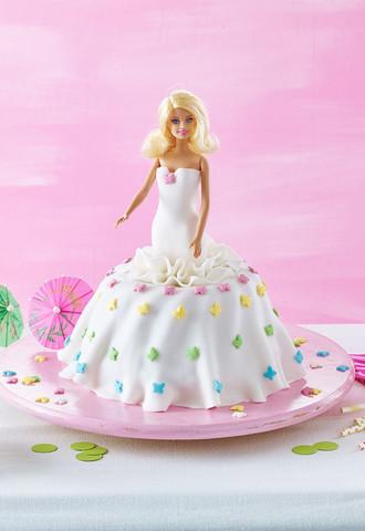 kann ich einen r hrkuchen mit marmelade bestreichen danach mit fondant belegen barbie torte. Black Bedroom Furniture Sets. Home Design Ideas
