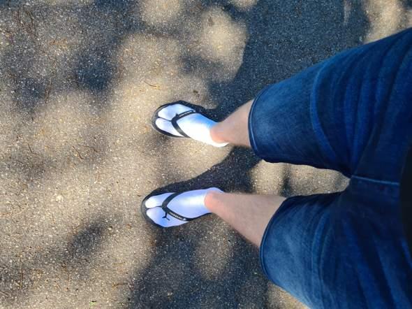 Kann ich in der Öffentlichkeit Flip Flops mit Socken tragen?