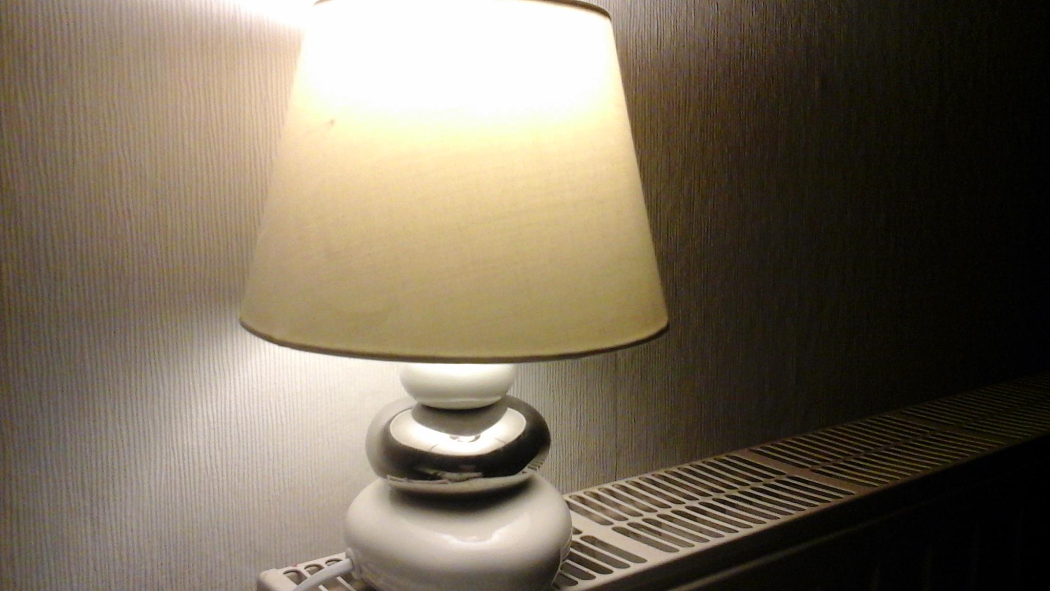 kann ich meine 40 watt lampe die nacht anlassen kann es brennen kann sie kaputt gehen strom. Black Bedroom Furniture Sets. Home Design Ideas
