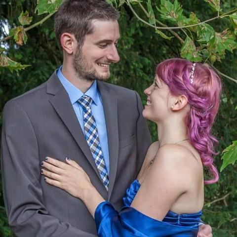 Kann ich mit pinken Haaren ein blaues Abschlusskleid tragen?