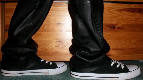 von der Seite - (Kleidung, Schuhe, Junge)