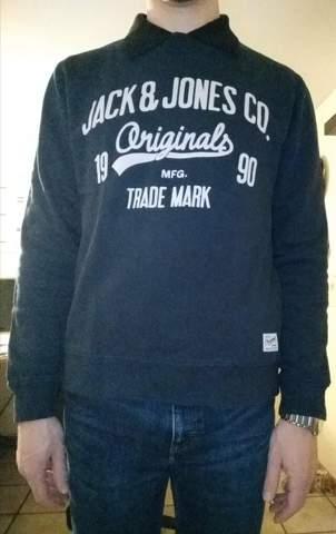 Kann man das so tragen? Schwarzes Poloshirt unter bedrucktem Casual-Pullover?