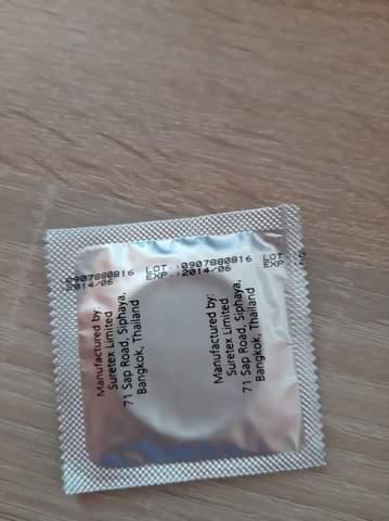 Freundin nimmt Kondom ab
