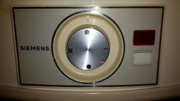 Kann mir jemand ganz genau erklären was welches Symbol bei dem Wasserboiler im Bad bedeutet?