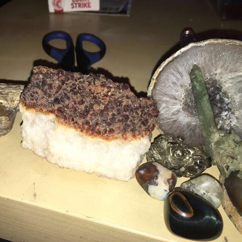 Was ist das mit den braunen Spitzen/Kristallen drauf? Oder der kleine Weis-Braun - (Steine, Edelsteine, Mineralien)