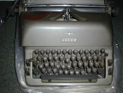 kann mir jemand sagen was man f r eine alte adler schreibmaschine bekommen kann. Black Bedroom Furniture Sets. Home Design Ideas