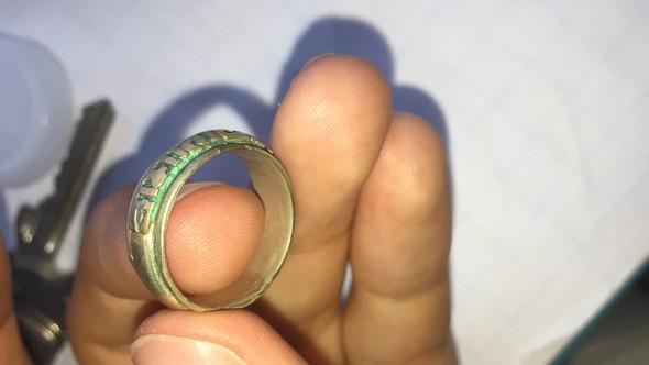 Kann mir jemand was zu diesem Ring sagen?