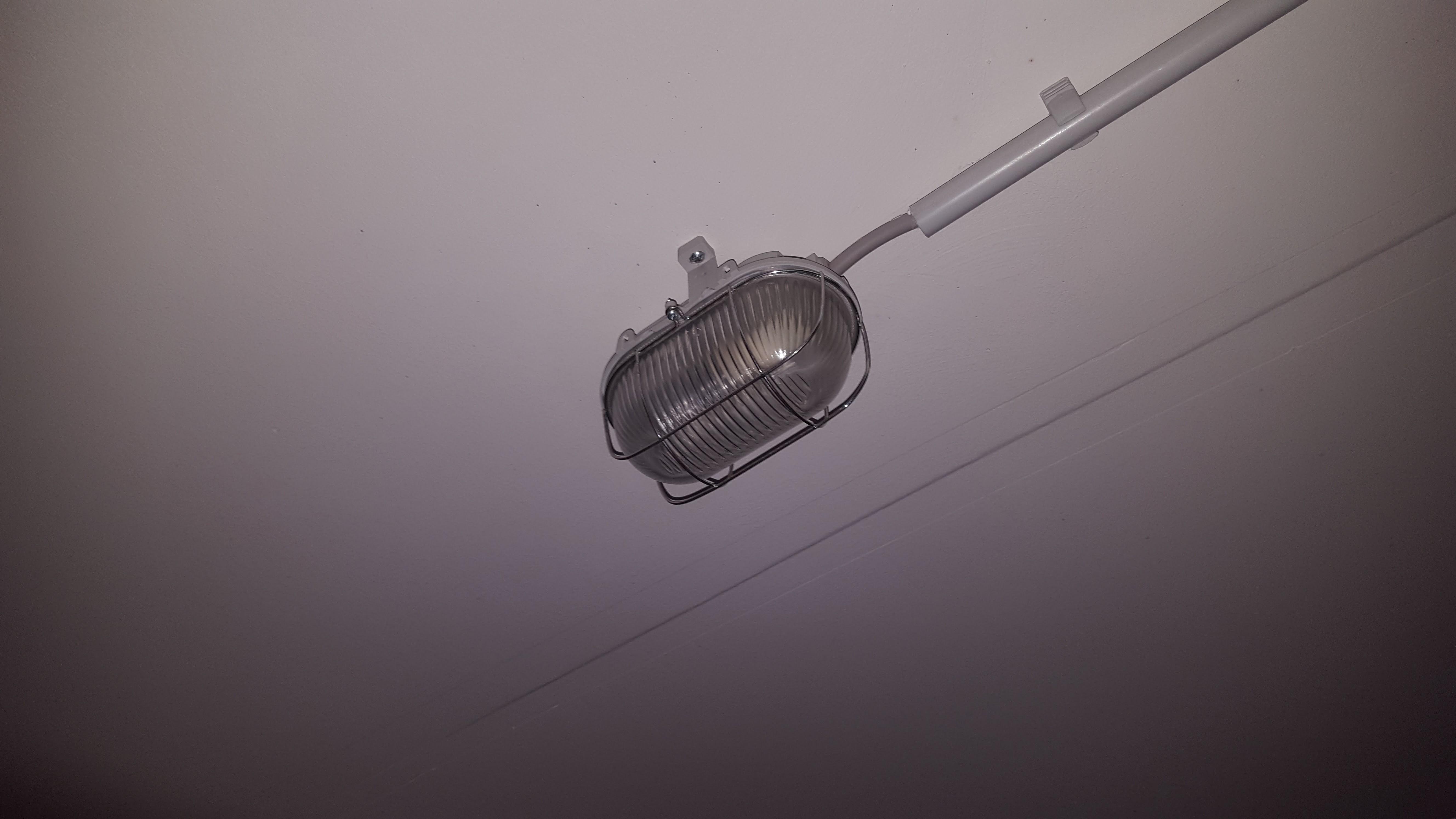 kellerlampe durch deckenlampe ersetzen elektrik licht lampe. Black Bedroom Furniture Sets. Home Design Ideas