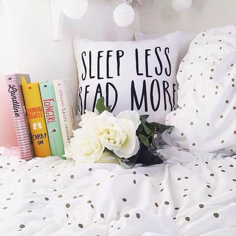 Weiße Bettwäsche mit goldenen Punkten  - (kaufen, Zimmer, Bett)