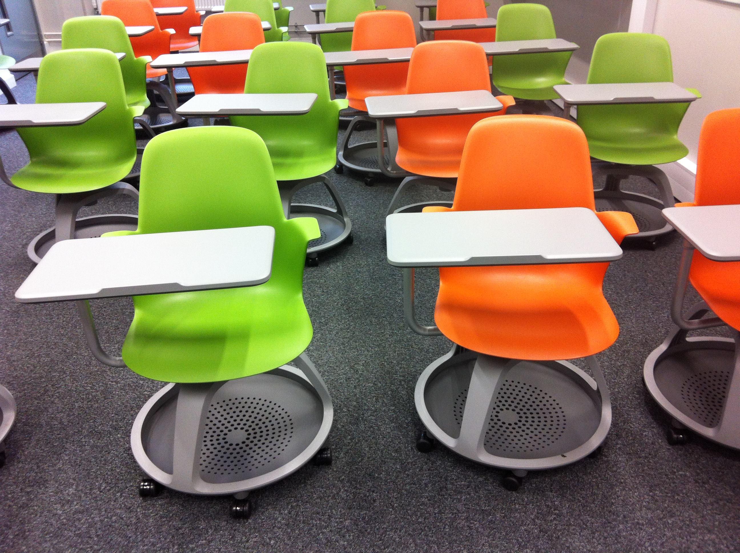 kennt jemand diesen stuhl mit schreibplatte schule wohnung design. Black Bedroom Furniture Sets. Home Design Ideas