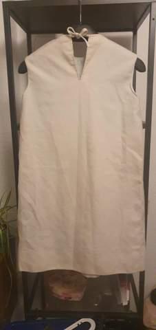 Kennt jemand dieses Kleid? Vllt von welcher Firma es ist? Was für eine Art Kleid oder was es in etwa Wert ist?