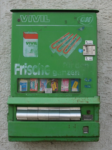 Hier der Automat .... - (suche , alt, Suessigkeiten)
