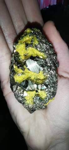 Kennt sich jemand mit Mineralien und/oder gestein aus?