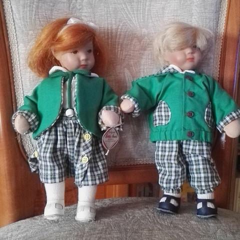 Kennt sich zufällig jemand mit Käthe Kruse Puppen aus und weiß wie diese beiden sich nennen?