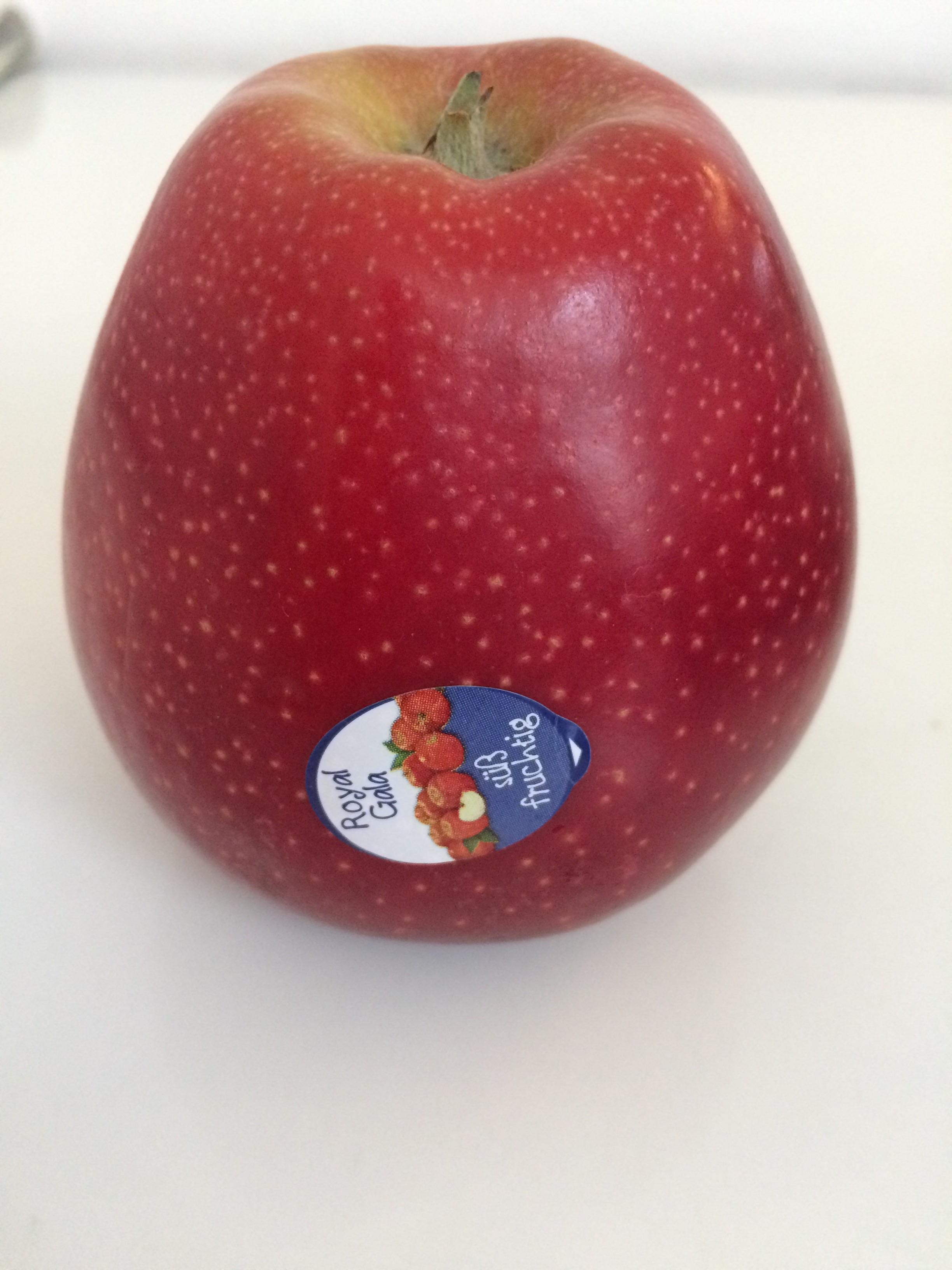 Kleben die diese Aufkleber mit der Hand auf die Äpfel oder