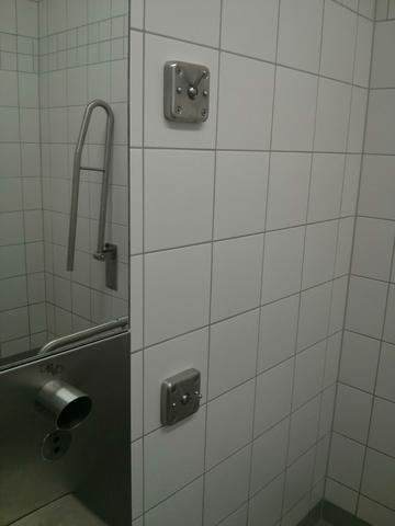 Was ist das für ein Kleiderhaken auf der öffentlichen Toilette? Was ist das? Der hebel ist in alle Richtungen klappbar.. Welche Funktion hat der?
