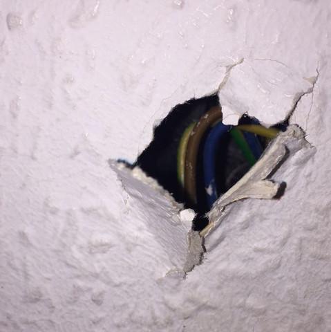 Loch in wand mit Kabeln - (Kabel, Wand, Paste)