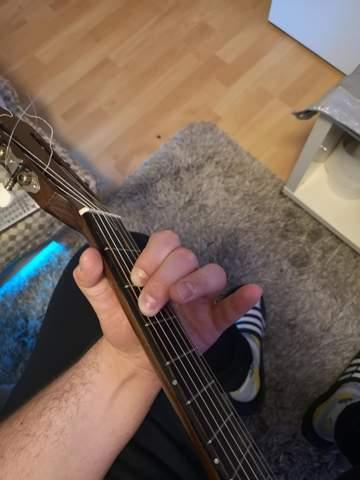 Konzertgitarre: Finger berühren nächsthöhere Saite?