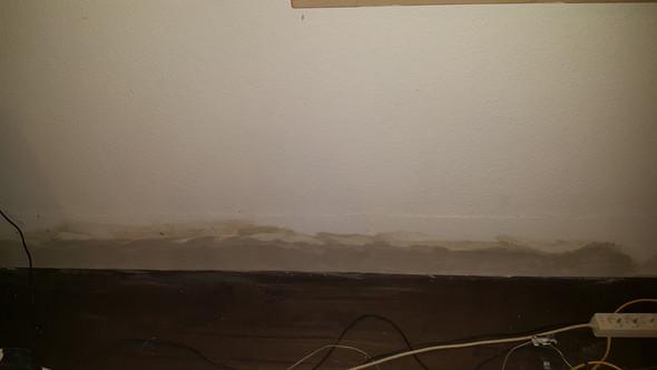 Wand unten hinter Sideboard - (Wohnung, Mietrecht, Miete)