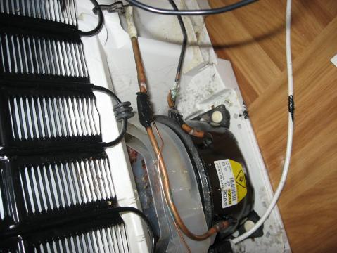 Bosch Kühlschrank Kondenswasserbehälter Reinigen : Kühlschrank schwarze klebrige flüssigkeit läuft aus abhilfe