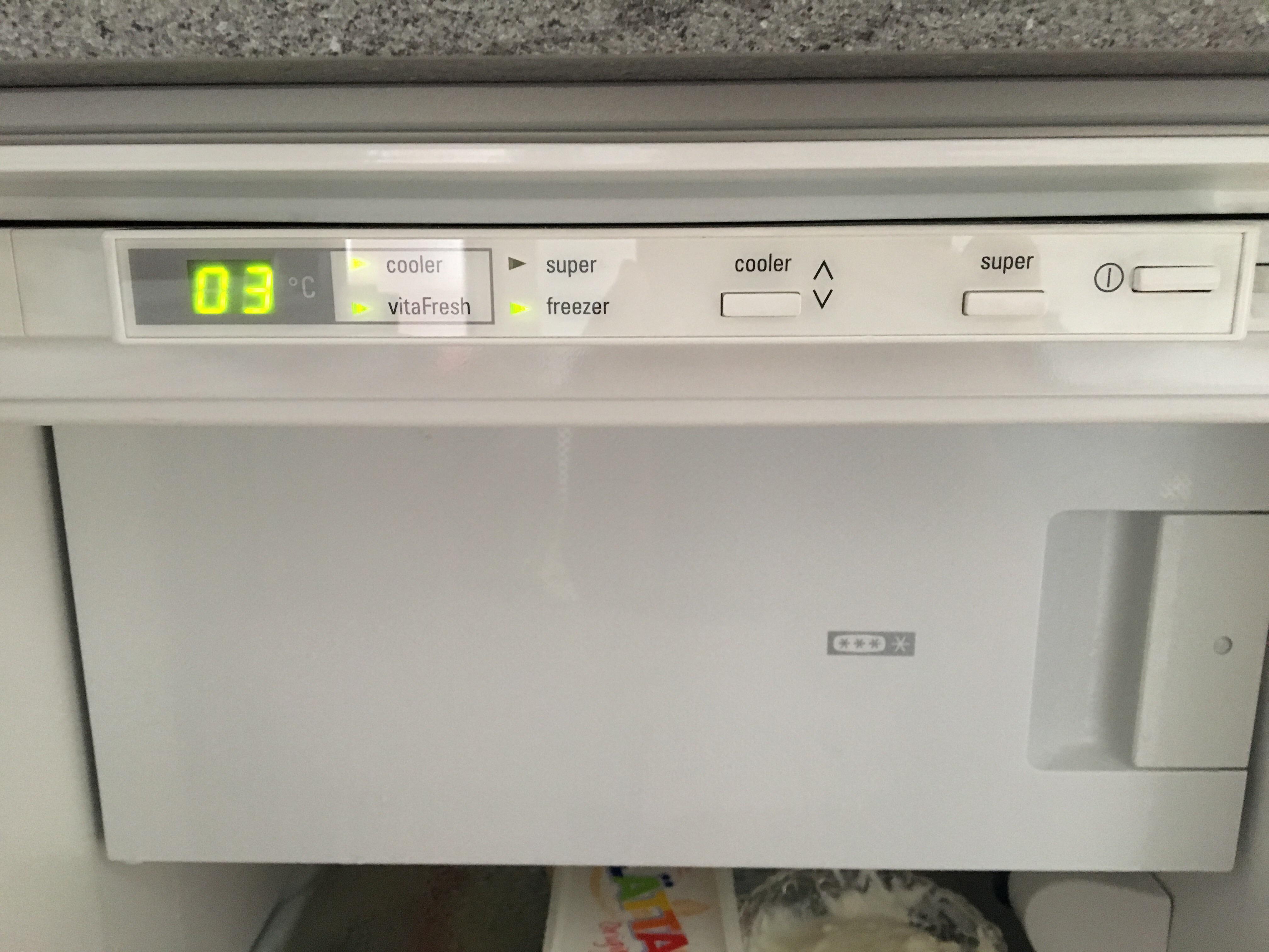 Kühlschrank sammelt Eis und Wasser ? (Technik, Haushalt, Waerme)