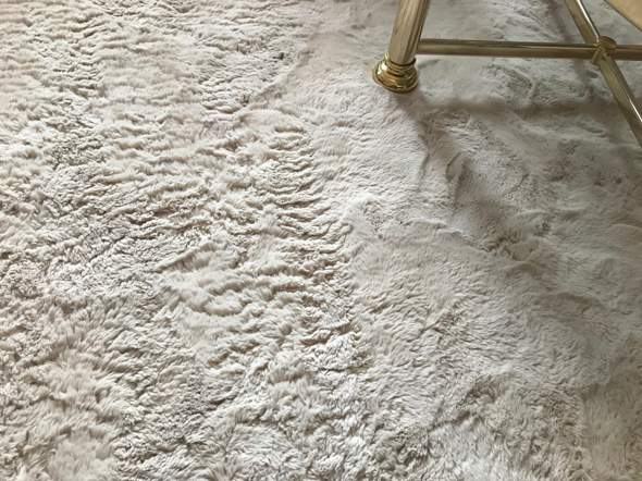 Kunstfell-Teppich wieder weich machen?