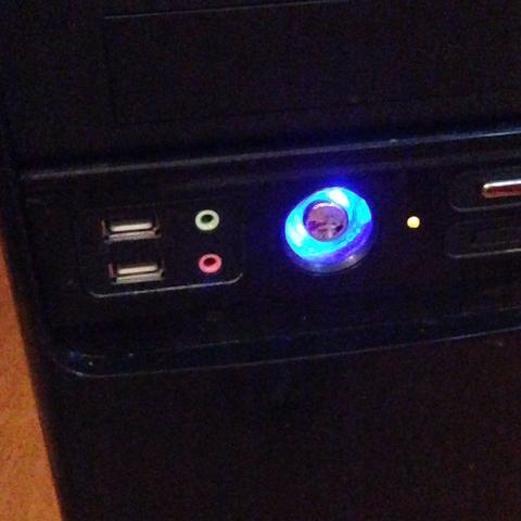 Frontseite  - (PC, Lautsprecher, Kabel)