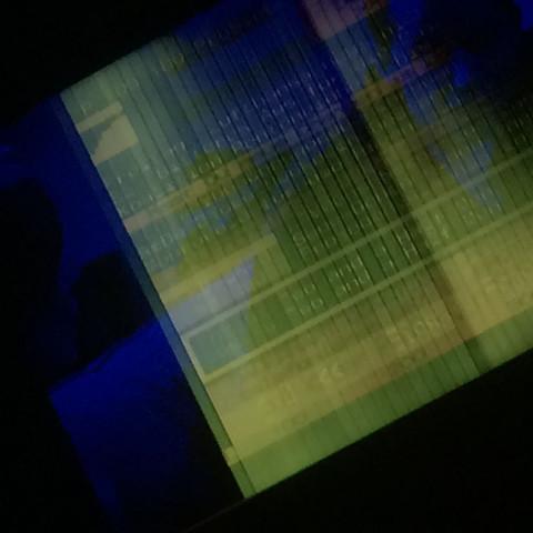 Blaues Bild mit gelben Streifen  - (Fernsehen, defekt)