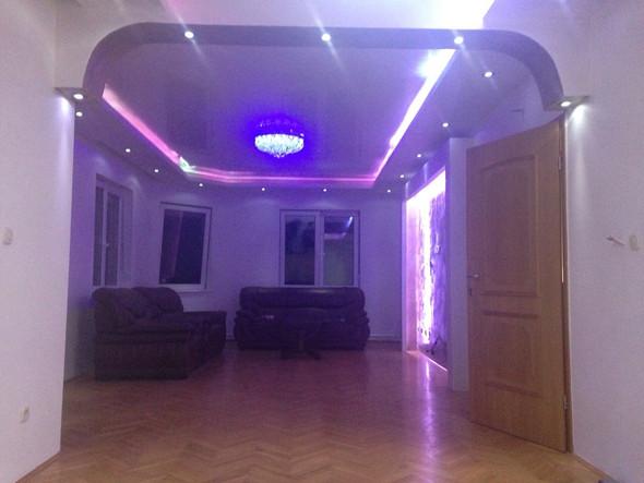 Das Licht ist an der Decke sowie rechts an der Wand nicht gleichmäßig verteilt - (bauen, Licht, LED)