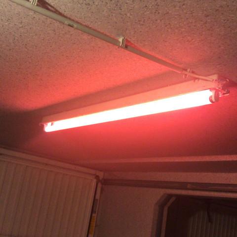 Leuchtstoffröhre leuchtet rot?