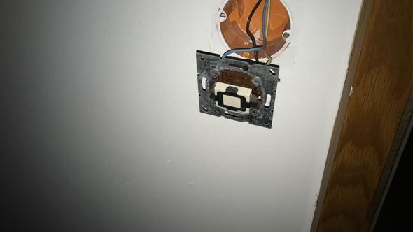 Lichtschalter, dieser soll mit einer neuen Abdeckung versehen werden - (Elektrik, Steckdose, Lichtschalter)