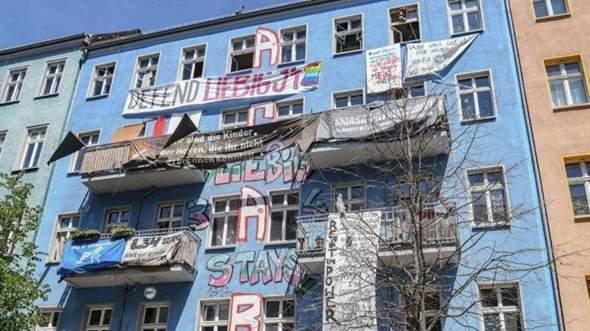 Linksradikale besetzen Haus in der Rigaer Straße in Berlin, warum hat die Politik über Jahrzehnte hinweg bei linker Gewalt weggeschaut und Hausbesetzungen...?