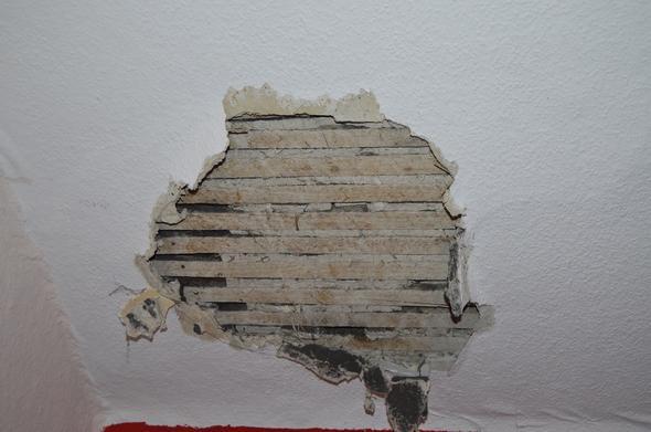 loch in wand dachschr ge verschlie en handwerker dach. Black Bedroom Furniture Sets. Home Design Ideas