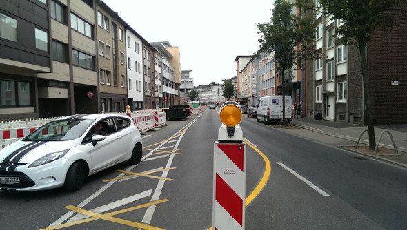 Straße die zur Ampel führt  - (Polizei, Motorrad, Anwalt)