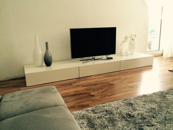 lowboard selber machen awesome eine tvwand mit fr den bildschirm ist eine der varianten with. Black Bedroom Furniture Sets. Home Design Ideas