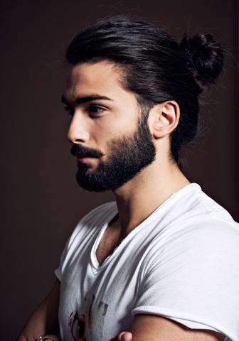 Manner Mit Bart Und Langen Haaren Zopf Haare Frisur