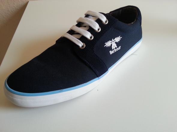 Schuh mit hellblauem Streifen könnte gut zu hellblauen Hose passen - (Schuhe, Männer, Style)