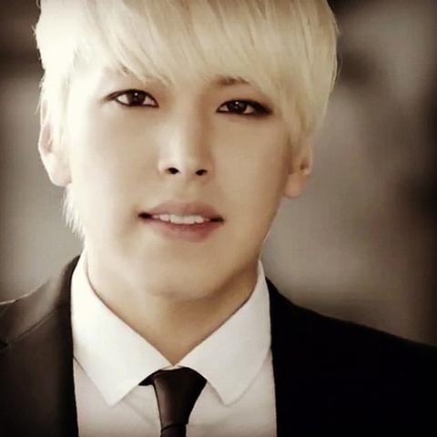 Blonder Asiate