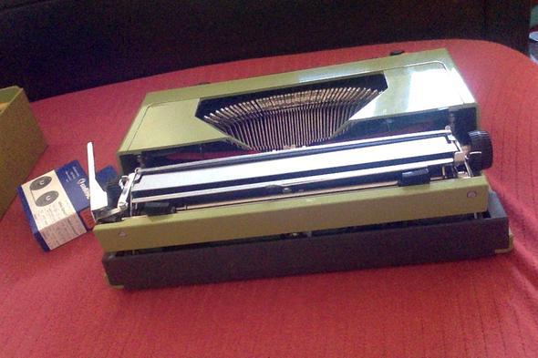 Von hinten - (Schreibmaschine, Mechanisch, Farbband)