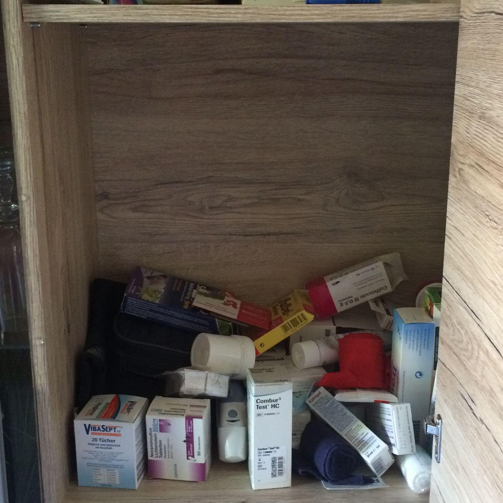 wie kann ich die medikamente in der wohnwand sortieren. Black Bedroom Furniture Sets. Home Design Ideas