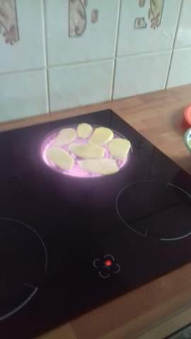 Mein Mitbewohner legt Kartoffeln direkt auf die Herdplatte (siehe Bild) ist das normal?