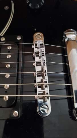 Meine E-Gitarre summt nach dem ich die Saiten gewechselt habe?