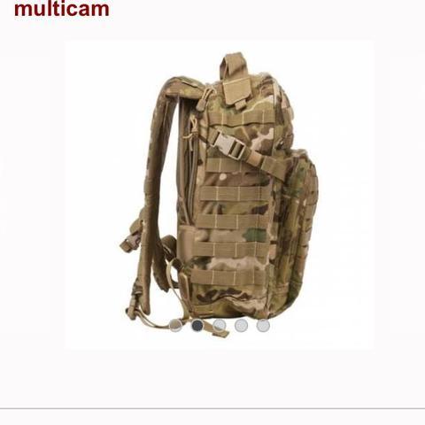 Von der Seite - (Militär, Rucksack, wandern)