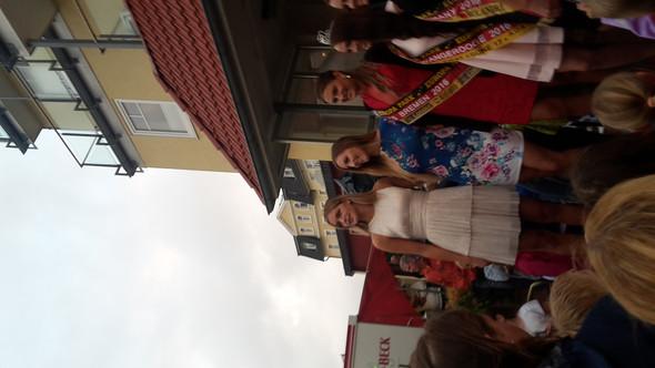 Die linke mit dem weissen Kleid ist es :D  - (Name, Model, hübsch)