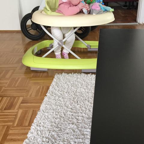Mit den Füßen ist sie nicht auf dem Boden  - (schädlich, 6 Monate, laufwagerl)