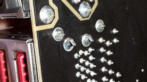 Ich rede hier von den beiden Pins auf der linke Seite - (PC, kaputt, Mainboard)
