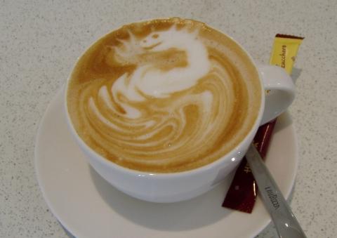 Muster im milchschaum kaffee milch dekoration - Bilder cappuccino ...