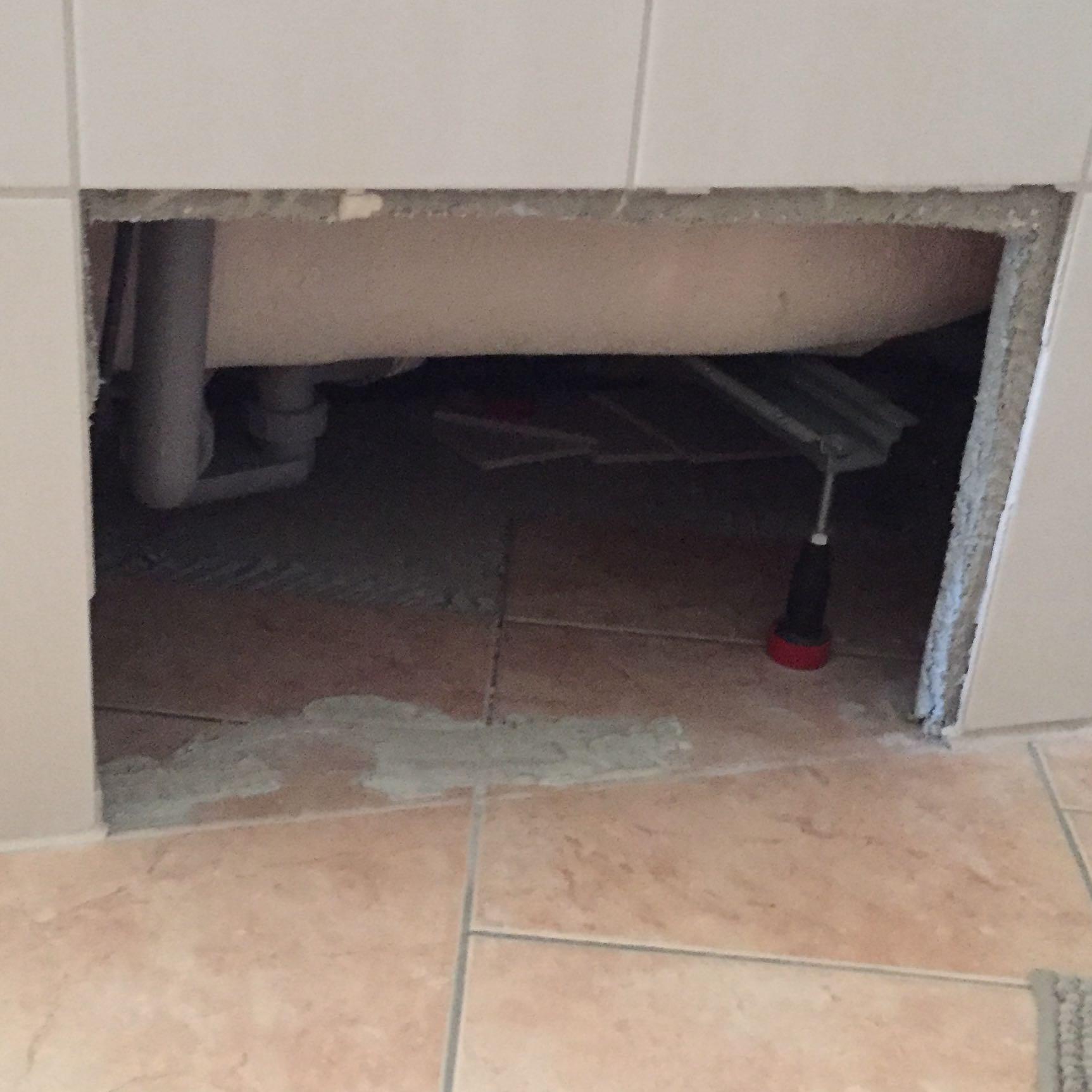nach einem wasserschaden haben wir nun 2 kaputte platten unter der badewanne wie kann ich das. Black Bedroom Furniture Sets. Home Design Ideas