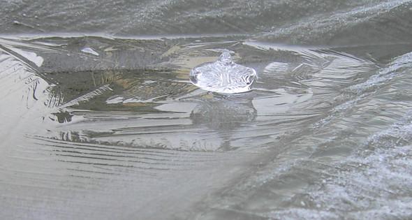 Nach oben gewachsene Eisformationen bzw. Eiszapfen. Wer kann diese Eis-Phänomene erklären?